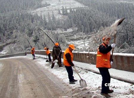 1月24日,四川泸州叙永道班工人正在321国道上清扫积雪,确保道路畅通。受冷空气影响,该县南面乡镇普遍遭受15年不遇的冰雪灾害袭击,全县12个乡镇、25万人受灾。该县境内321国道等4条国、省道共59公里路段因路面结冰而封闭,11个乡镇因冰雪压断电线、电杆而停电。灾情发生后,该县成立指挥部组织抗灾救灾工作。据气象部门预测,冰雪低温天气还将持续一周左右,灾情仍在持续。中新社发黄虎 摄