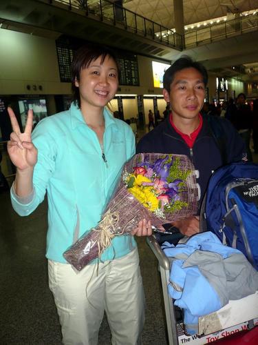 图文:周蜜凯旋抵达香港 展示所获女单冠军奖杯