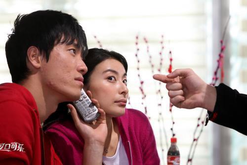 图文:刘翔拍摄新春主题广告 与郭晶晶同听电话