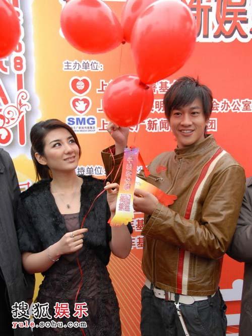 何润东和黄奕准备放飞气球