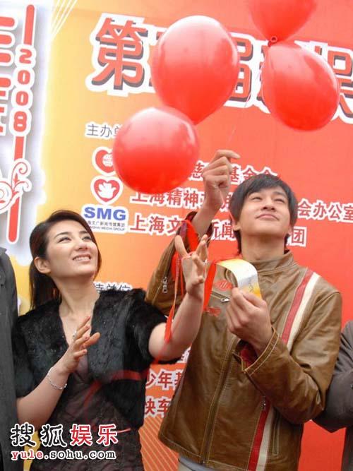 何润东和黄奕放飞气球