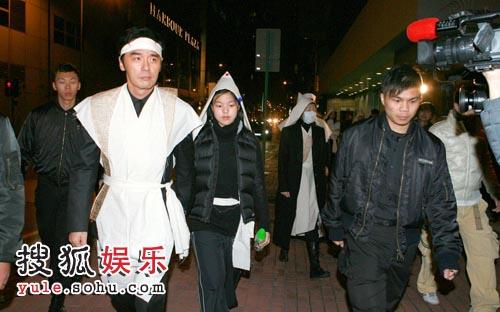 披麻戴孝的钟镇涛及其家人