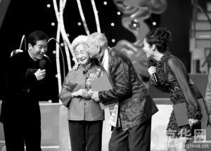 张国立、蒋雯丽与金婚老人在一起。