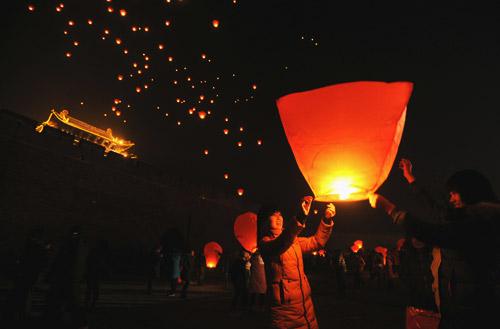 1月26日,山西平遥古城升起208盏祈福的孔明灯。