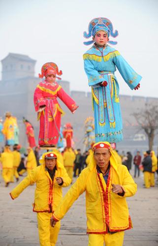 """1月26日,在山西平遥古城,平遥县尹村的""""背棍""""表演队正在紧张排练。"""