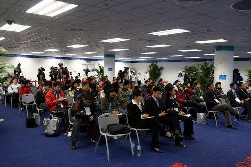 新闻发布会吸引众多境内外记者关注 官方网站李威摄