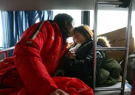 京珠北高速公路上,车外冰天雪地,胡渊、任文娥夫妇在大巴中度过了一个难忘的冰雪婚礼。