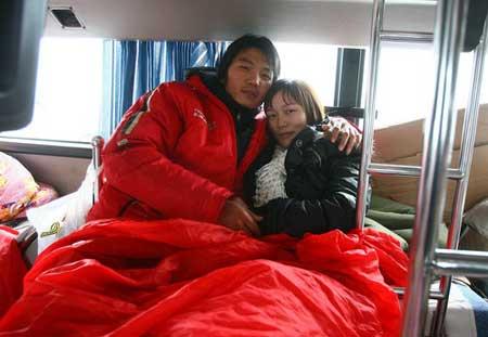 京珠北高速公路上,车外冰天雪地,胡渊、任文娥夫妇在长途大巴中度过了一个难忘的冰雪婚礼,同车乘客闹起了洞房,让新郎亲吻新娘。
