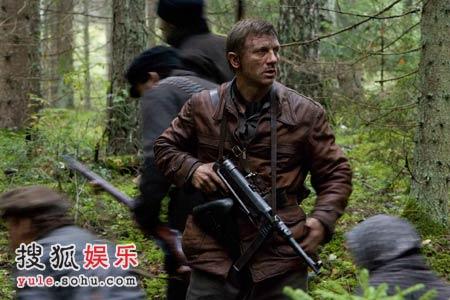 持枪战斗的克雷格宛如游击队员