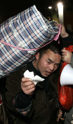 上海站等待回家的旅客。早报记者史训锋图