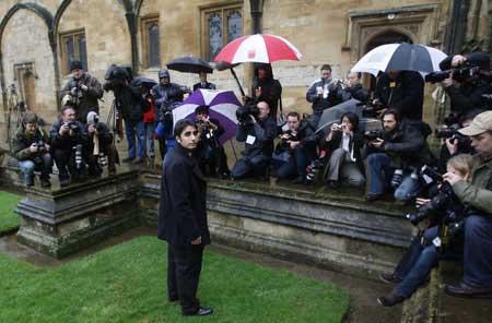 1月11日,扎尔达里在校园内被记者团团围住。