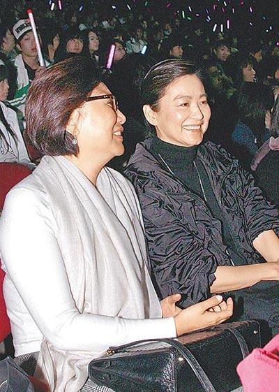 林青霞(右)去年底与友人到红磡欣赏周杰伦演唱会