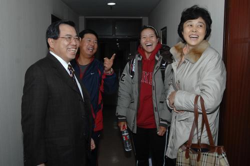 图文:孙晋芳探望网球姑娘 领导和李娜欢笑不止