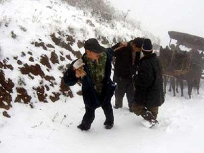 湖南怀化地区大雪封山,交通中断,联通技术人员推车进山检修。因道路损坏,只好从当地老乡借牛车运送设备,并肩拉手推