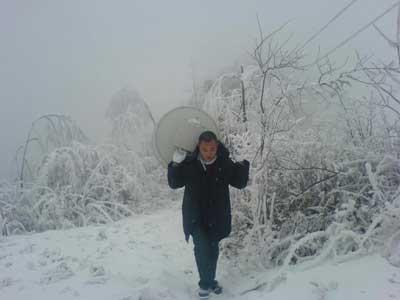 面对罕见雪灾带来的考验,湖北联通迅速行动,紧急启动雪灾通信应急预案,确保网络安全和移通信畅通。图为运维人员紧急抢修基站设备。