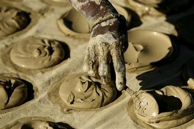 穷人取泥土做饼充饥