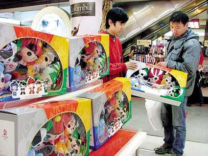 在商场的奥运特许产品柜台,记者不时看到消费者咨询和购买。