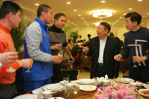 图文:辽宁副省长探望奥运健儿 向运动员敬酒