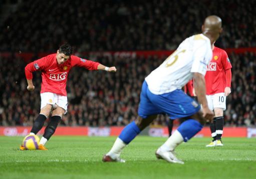 图文:[英超]曼联2-0朴茨茅斯 C罗射门瞬间