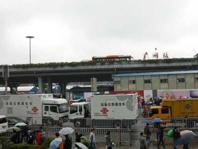 广州火车站前的应急通信车为滞留旅客提供优质通信信号覆盖