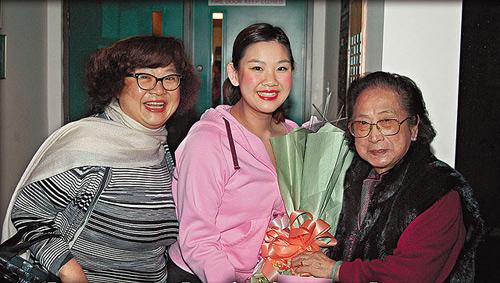 04年3月,刚进行减肥的欣宜,在加拿大演出话剧,肥姐和外婆齐齐出席撑场