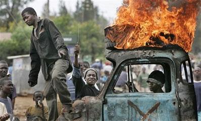 路边卡车被反对派的支持者焚烧