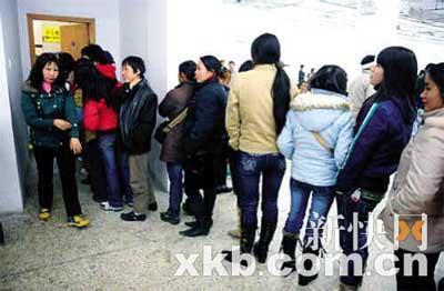 某车站,女旅客们排队上厕所。