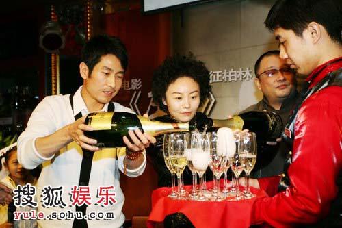 成泰燊、王小帅和常继红共同开启香槟