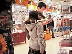 林忆莲带女儿去逛超市