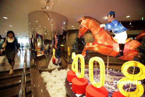 圣诞节即将到来,香港各区洋溢节日气氛,在通往会展中心的长廊内以08奥运马术在香港举办为主题的彩饰,靓丽多彩。 中新社发 洪少葵摄