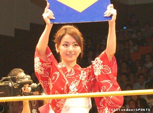 图文:日本搏击性感举牌宝贝 传统服饰别样风情