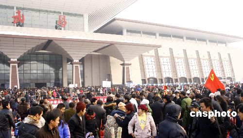 图:大批旅客仍滞留武昌火车站
