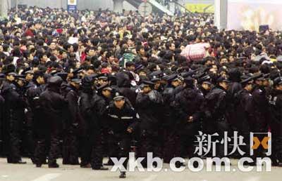 大批警察全力疏导。 新快报记者 陈昆仑 实习生 林菁/摄