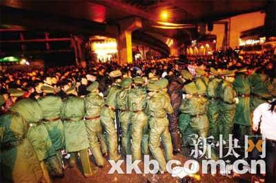"""武警官兵用自己的身体组成""""人墙""""维持秩序。新快报记者 李小萌/摄"""