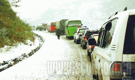 道路交通中断,被堵车辆排起了长龙。