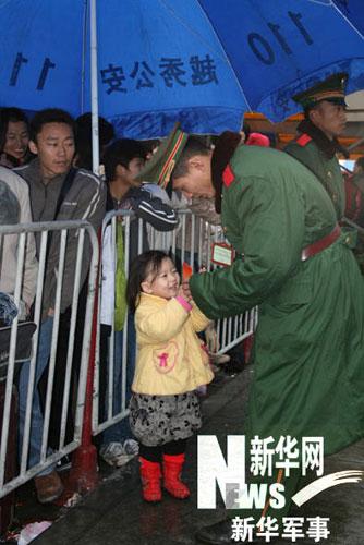 """一位小女孩找上执勤的武警官兵:""""武警叔叔帮个忙!"""" 陆建东摄"""
