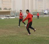 图文:[国足迪拜训练] 汪嵩进行射门练习