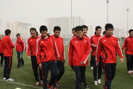图文:[国足迪拜训练] 球员在训练中很放松