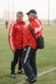 图文:[国足迪拜训练] 福拉多与杜伊在交流