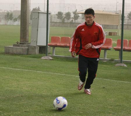 图文:[国足迪拜训练] 王栋在训练中带球