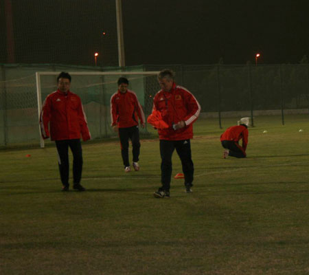 图文:[国足迪拜训练] 福拉多在沙尘暴下训练