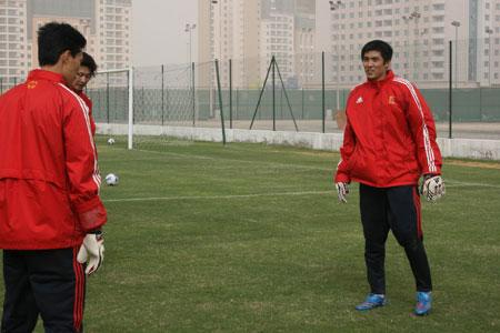 图文:[国足迪拜训练] 门将宗垒在接受训练