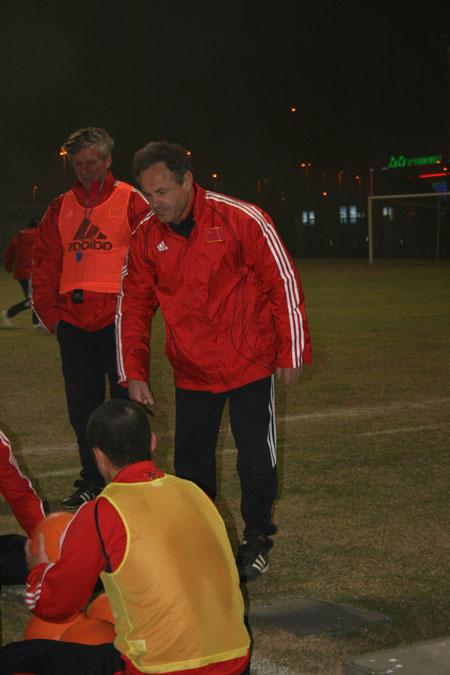 图文:[国足迪拜训练] 日尔科带队进行体能训练