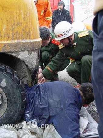 车辆被困冰天雪地 京北天路大救援