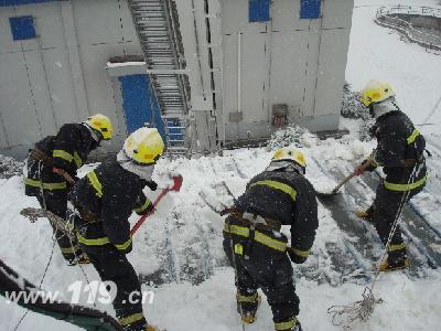 消防上房铲雪保安全