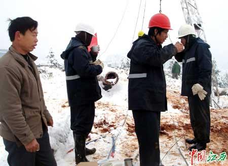 当地村民自愿送姜汤给抢修人员喝