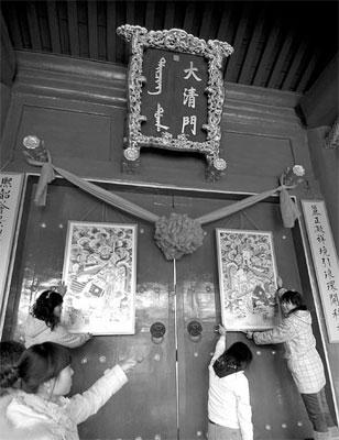 挂上门神迎新春