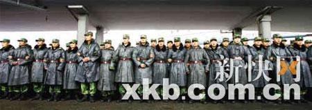 大雨中的士兵们不辱使命,巍然似一群雕像。