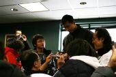 图文:搜狐网友亲密接触易建联 阿联为网友签名