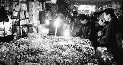 市民在罗家井农贸市场买年货。 新华社记者 陈树根摄